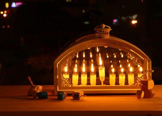 Ususret Hanuki: sve što morate znati o paljenju svijeća na menori
